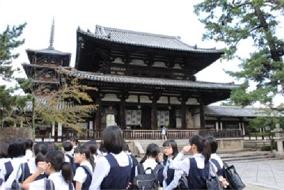 ガイドさんの説明を聞いた後、法隆寺を自由に見学