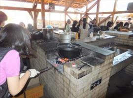 パンはダッチオーブンで焼き上げます