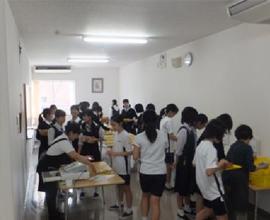 仮設校舎でのお昼休みのパン販売