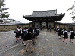 法隆寺の南大門を通る